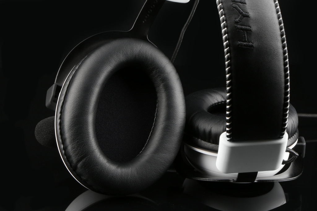 HyperX-Cloud-_white_Cloud_white-headset-inside_earcup_03_07_2014-10_42